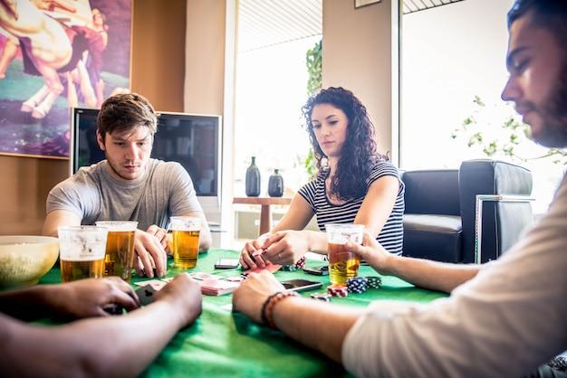 Amigos jogando poker