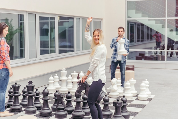 Amigos jogando xadrez grande