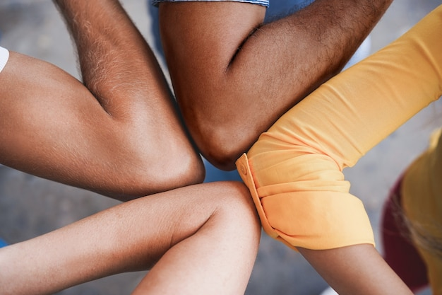 Amigos jovens batem os cotovelos em vez de cumprimentá-los com um abraço