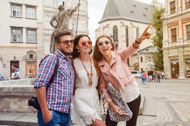 Amigos jovens hippie posando na cidade velha
