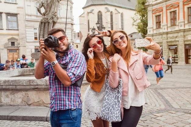 Amigos jovens hipster fazendo fotos