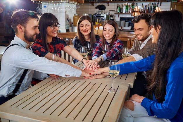 Amigos juntando as mãos em sinal de amizade