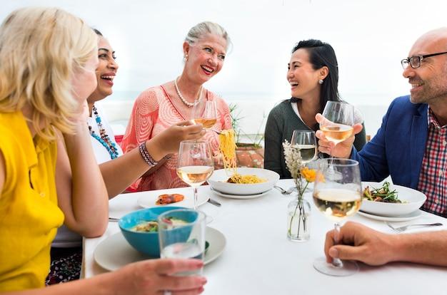 Amigos maduros bem jantar ao ar livre conceito