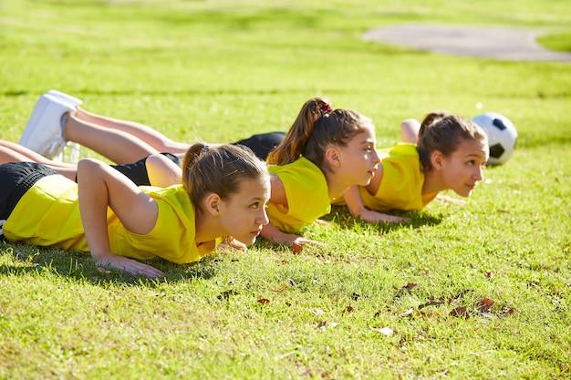 Amigos meninas adolescentes flexões treino no parque