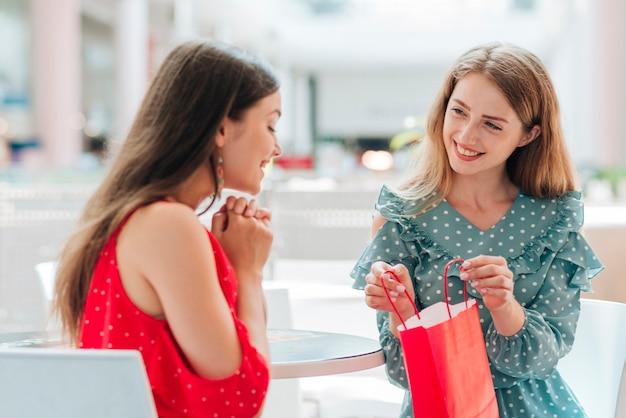 Amigos mostrando suas roupas novas