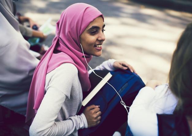 Amigos muçulmanos em uma escola