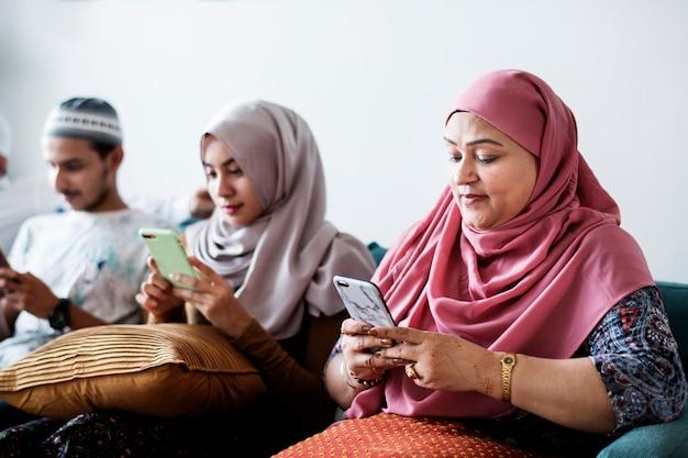Amigos muçulmanos usando mídias sociais em telefones