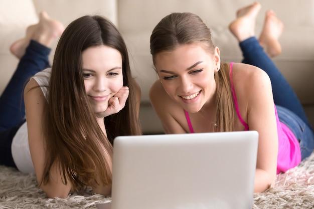 Amigos mulheres, mentindo chão, frente, laptop