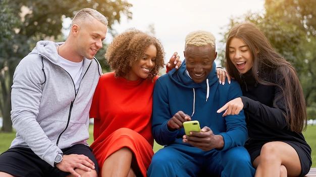 Amigos multi-étnicos ao ar livre. diversos grupos de pessoas afro-americanas asiáticas caucasianos passando um tempo juntos
