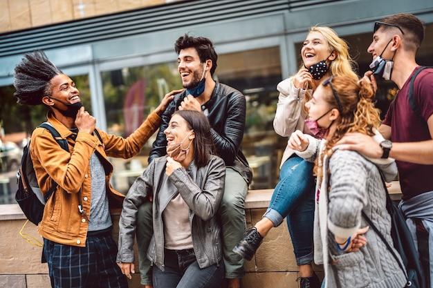 Amigos multiculturais se divertindo no centro da cidade
