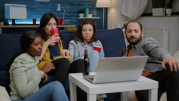 Amigos multiétnicos fazendo videochamada online cumprimentando colega virtual