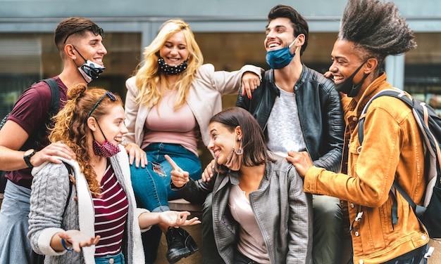 Amigos multirraciais se divertindo no centro da cidade - garotos e garotas felizes compartilhando tempo juntos na área urbana