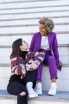 Amigos multirraciais sentados e rindo