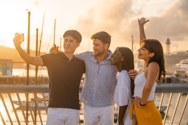 Amigos multirraciais tirando selfie na barragem