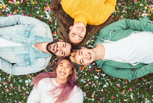 Amigos multirraciais tomando selfie no campus da faculdade - conceito de amizade feliz com jovens estudantes se divertindo juntos no parque.