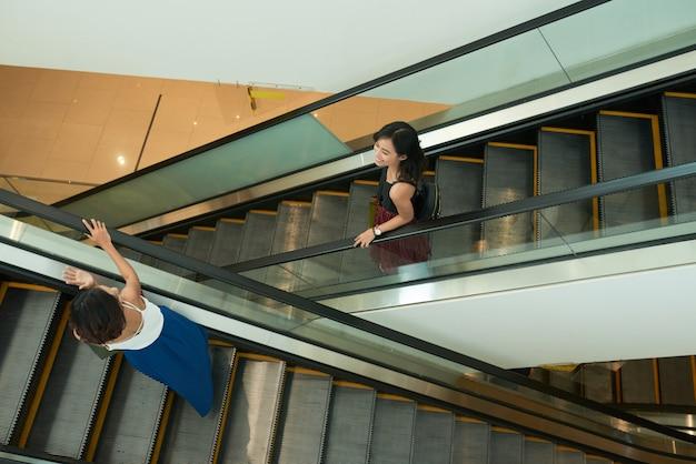 Amigos na escada rolante