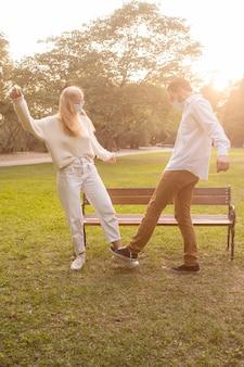 Amigos no parque praticando saudação à distância social