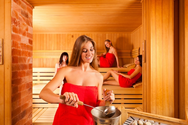Amigos no spa, desfrutando da sauna