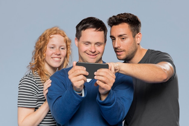 Amigos, olhando juntos para suas fotos no telefone