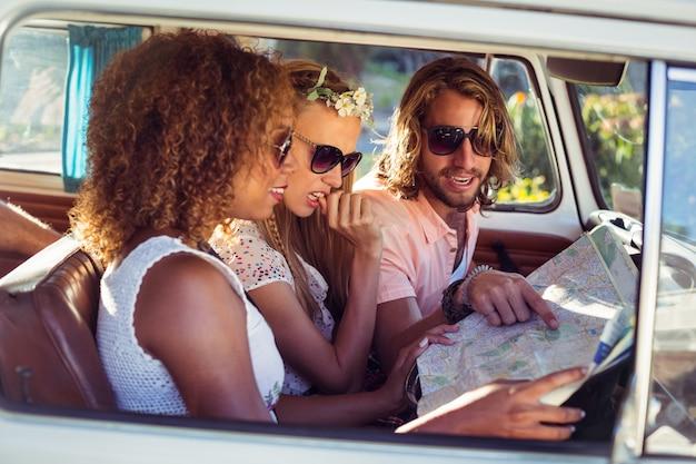 Amigos olhando o mapa em campervan