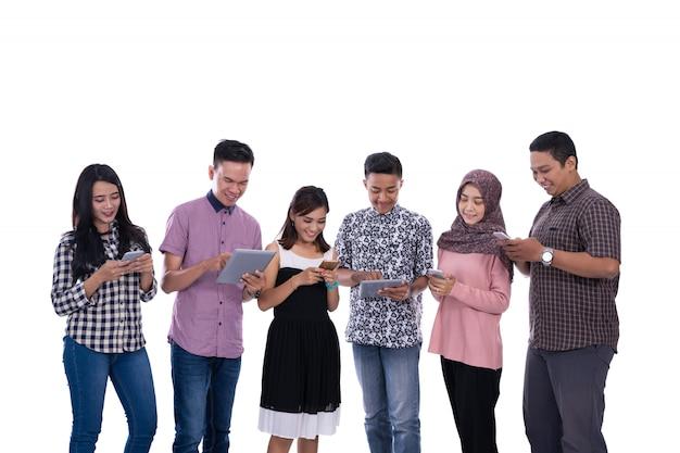 Amigos olhando seus gadgets