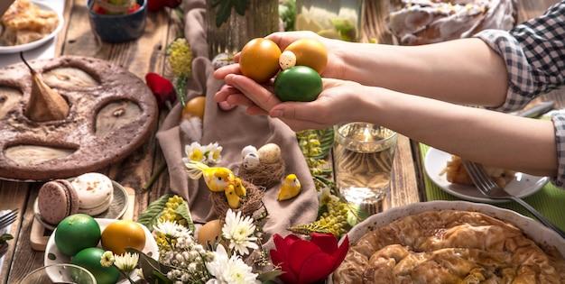 Amigos ou família em férias na mesa festiva