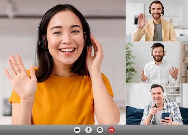 Amigos ou família fazendo uma videochamada para se atualizar