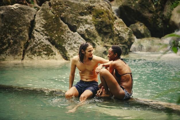 Amigos, penduradas, em, um, cachoeira