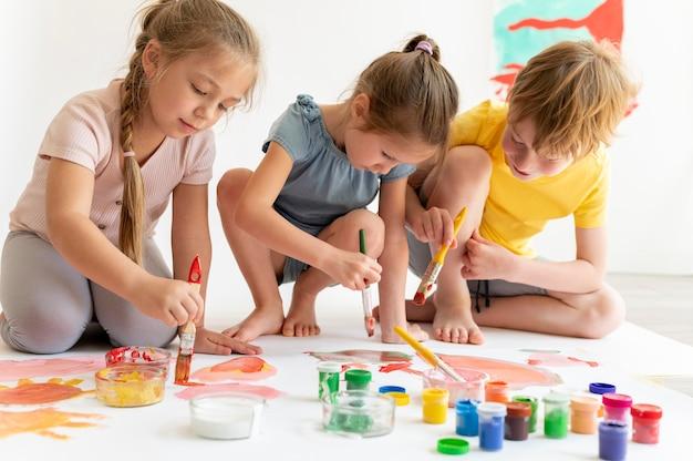 Amigos pintados pintando juntos