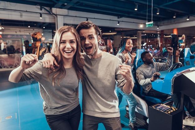 Amigos posando na câmera juntos na sala de jogos.