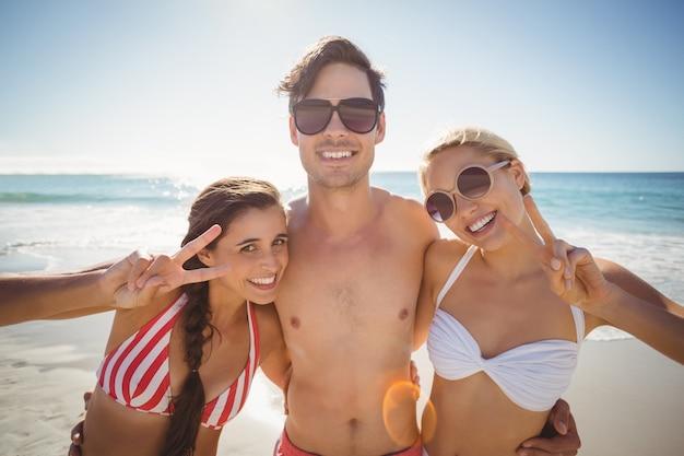 Amigos posando na praia