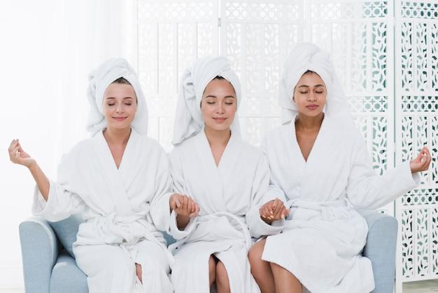 Amigos, posar, com, bathrobe, em, um, spa
