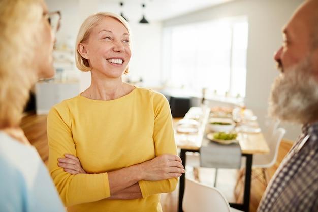 Amigos positivos conversando na sala de jantar