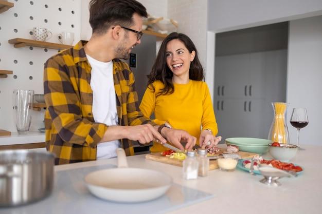 Amigos preparando a refeição na cozinha