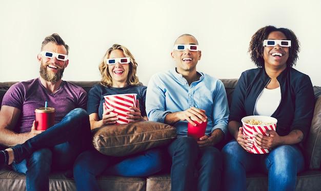 Amigos prontos para uma noite de cinema