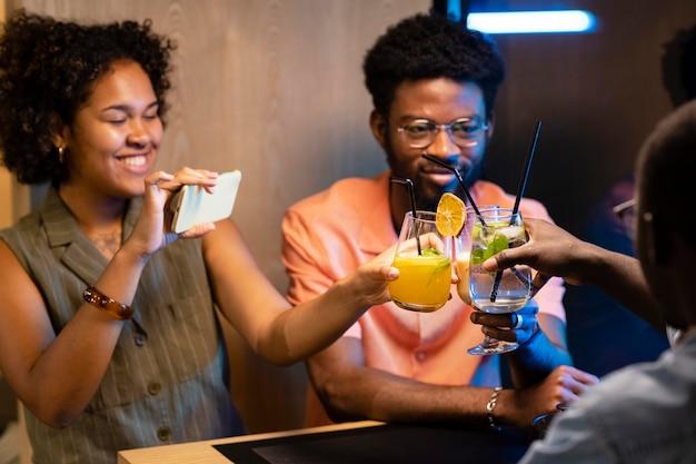 Amigos próximos a tilintar de copos