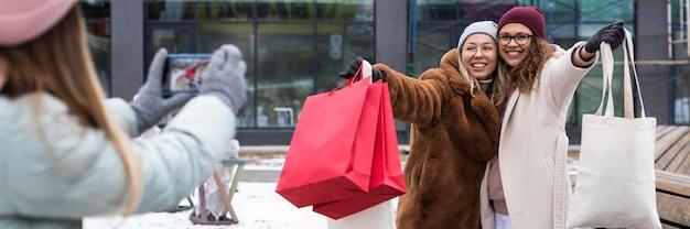 Amigos próximos com sacolas de compras