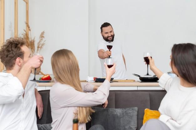 Amigos próximos com taças de vinho