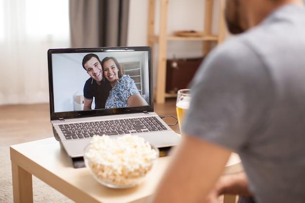Amigos próximos conversando em uma chamada de vídeo durante a pandemia global.