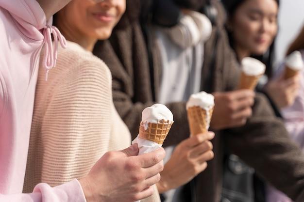 Amigos próximos segurando sorvete