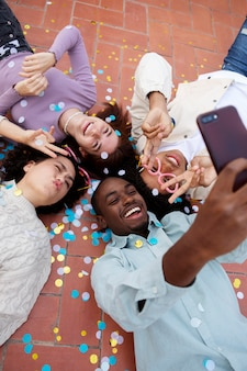 Amigos próximos tirando selfie