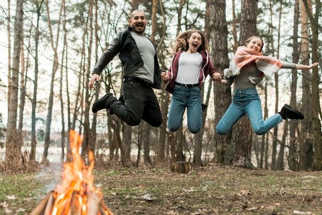 Amigos pulando juntos