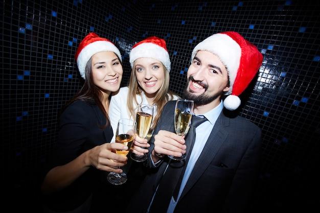 Amigos que comemoram o ano novo