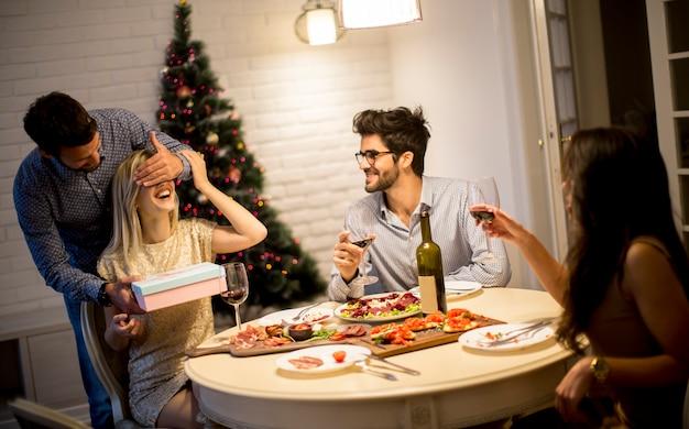Amigos que comemoram o natal ou ano novo em casa