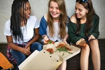 Amigos que compartilham uma pizza