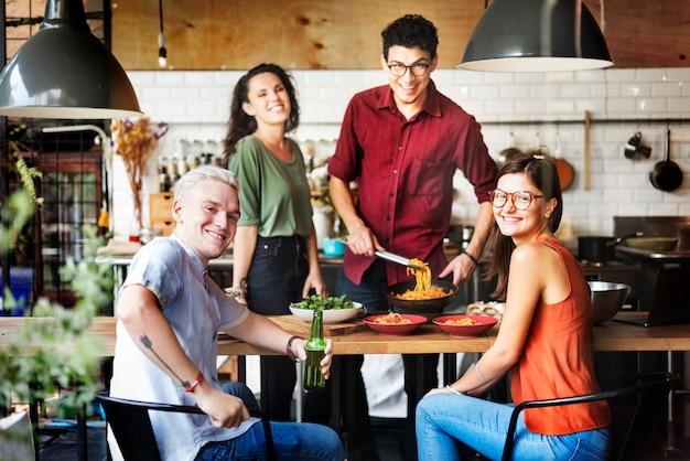 Amigos que cozinham o conceito do estilo de vida do passatempo