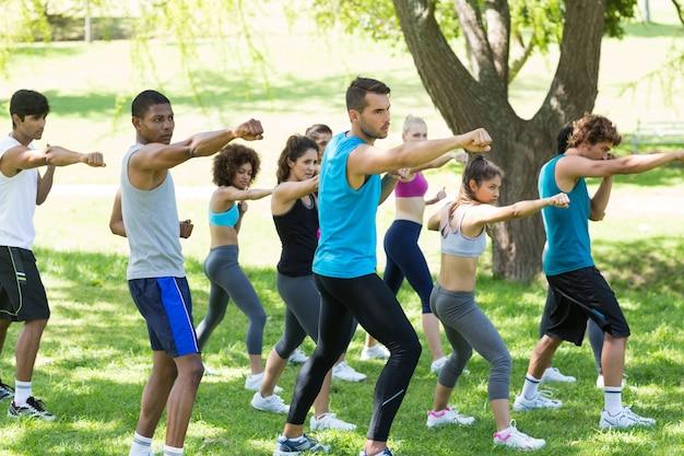 Amigos que exercitam no parque