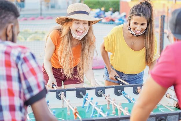 Amigos que gostam de jogar futebol de mesa