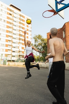 Amigos que jogam basquete