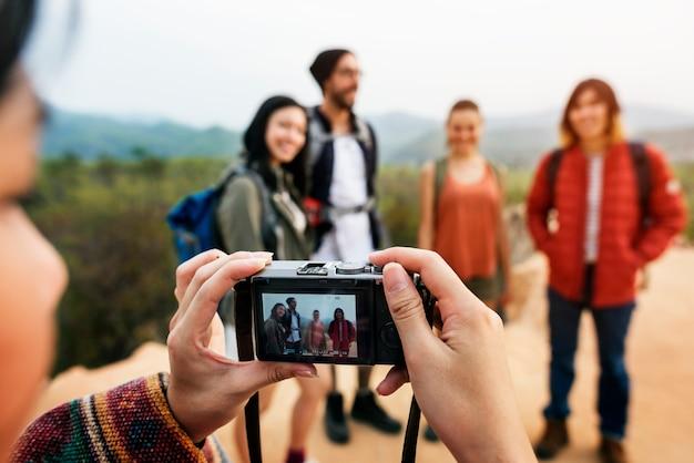 Amigos que tomam o conceito da viagem das fotos
